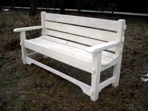 Скамейка,окрашенная в белый цвет пропиткой для дерева Акватекс